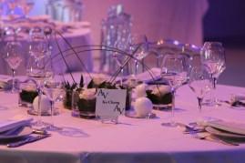 Décoration des tables invités avec lit de roses en vase plat