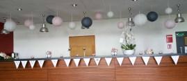 Décoration du bar de l'entrée de la salle : lanternes aux couleurs du mariage et compositions florales.