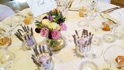Centre de table avec bougies décorées de brins de lavande et création du nom de table