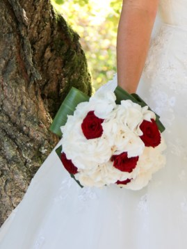 Bouquet rond d'hortensia et de roses rouges