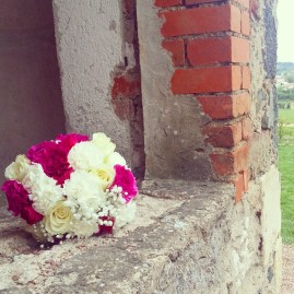 Bouquet rond d'oeillet et de roses