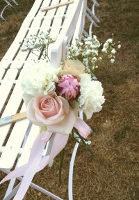 Bout de banc avec hortensia, rose, pivoine et gypsophile