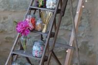 Candy bar sur escabeau vintage et décoration florale colorée