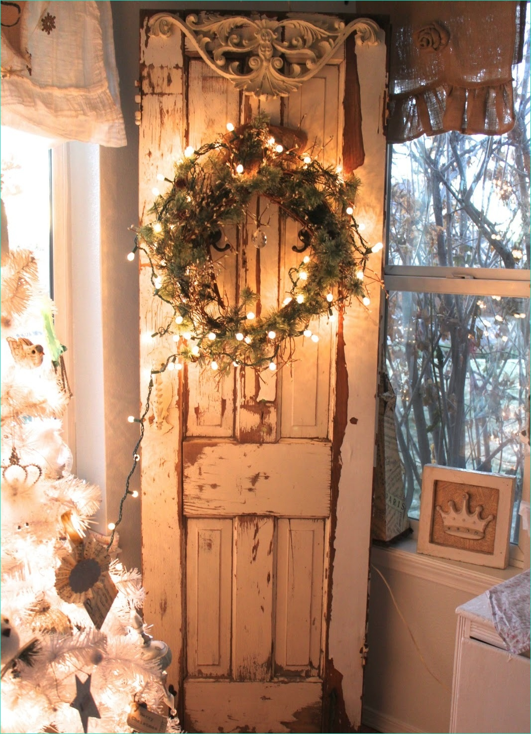 Decorating with Old Doors 35 25 Amazing Vintage Christmas Decorating Ideas 1