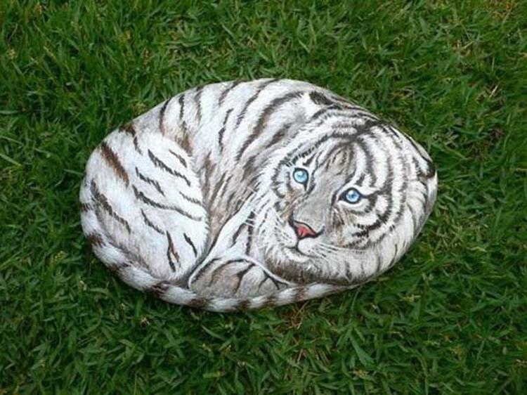 Simple Painted Rock Ideas For Garden 14