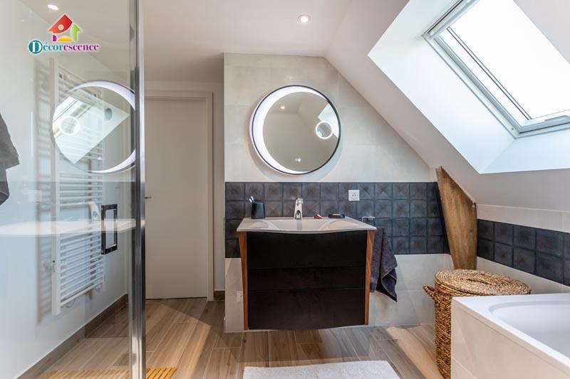 une salle de bain dans les combles