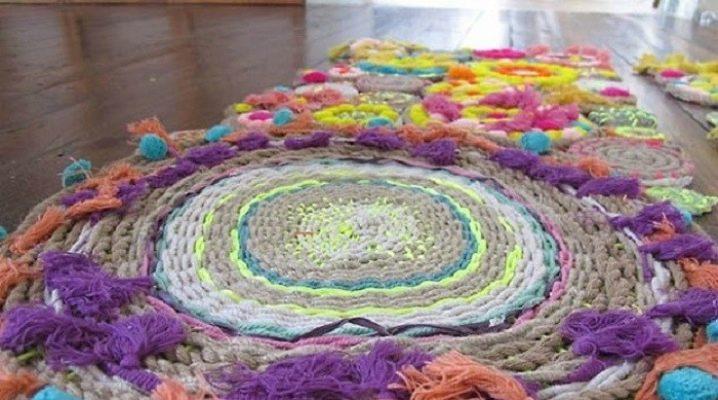 tapis en fils tricotes dans un