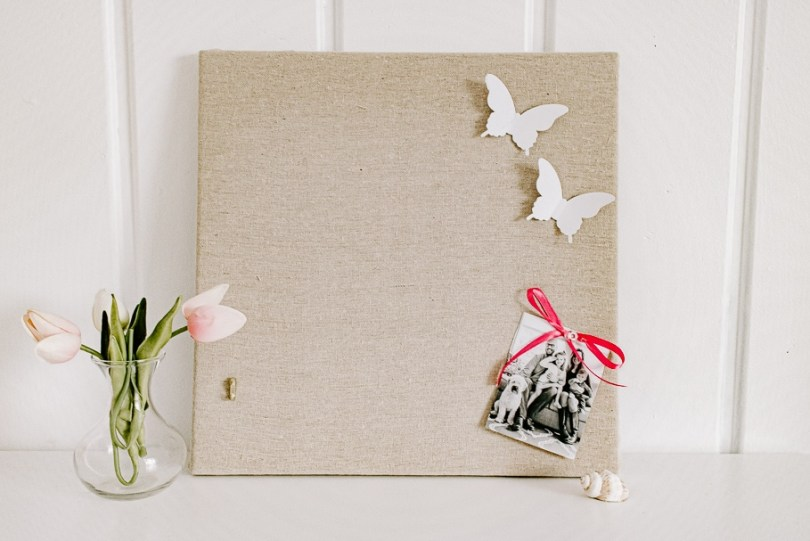 This Beautiful DIY Pinboard is the Perfect Addition to your Office - Tutorial for making a linen DIY pinboard. I'll show you how to make a fabric covered cork board in just a few easy steps.