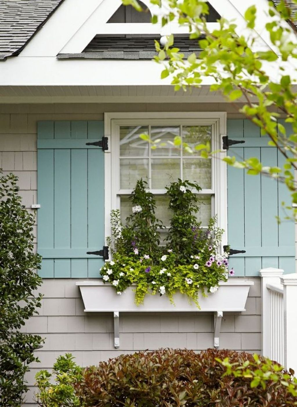 Fabulous Exterior Decoration Ideas With Flower In Window 08