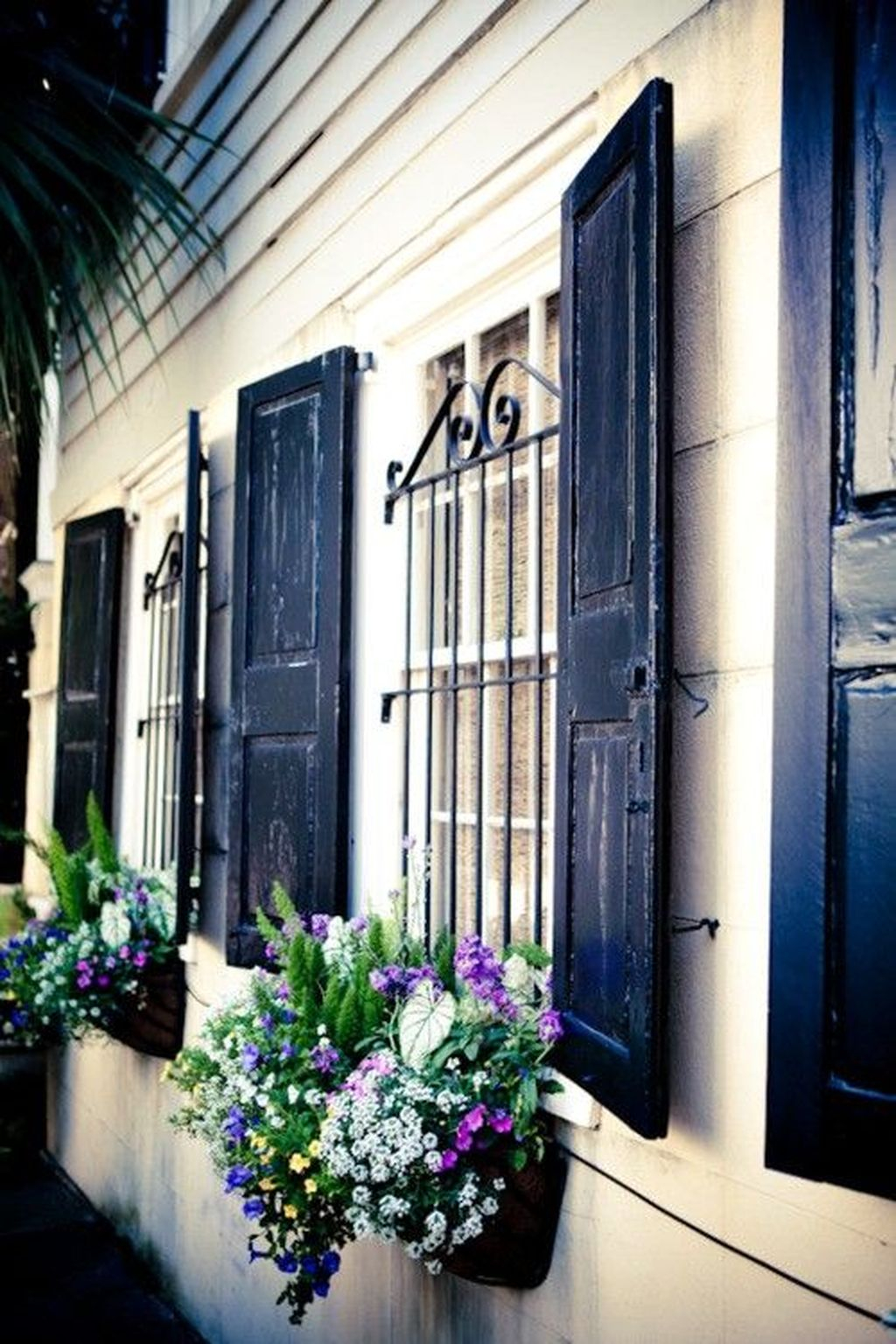 Fabulous Exterior Decoration Ideas With Flower In Window 28