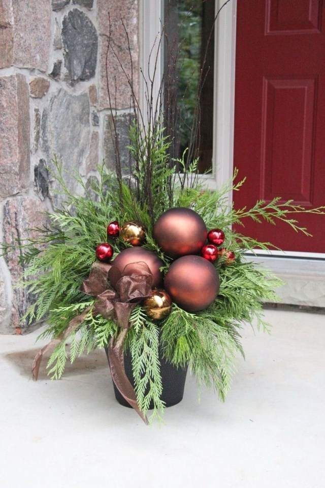 Marvelous Outdoor Holiday Planter Ideas To Beauty Porch Décor 18