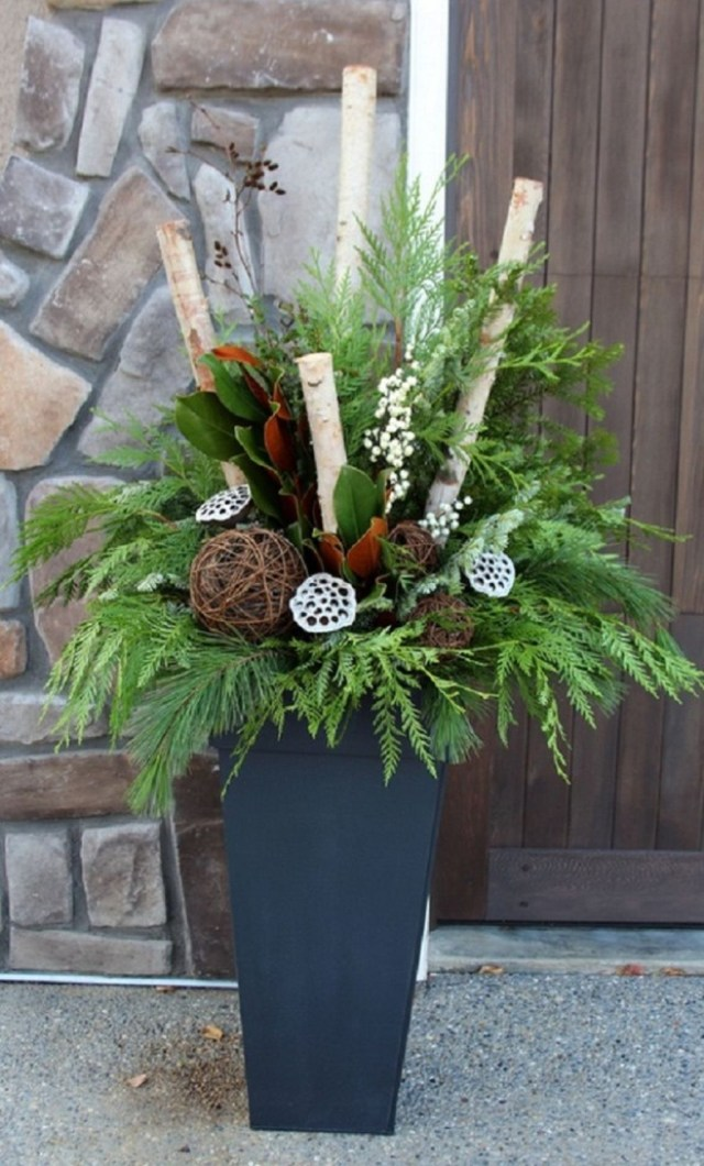 Marvelous Outdoor Holiday Planter Ideas To Beauty Porch Décor 20