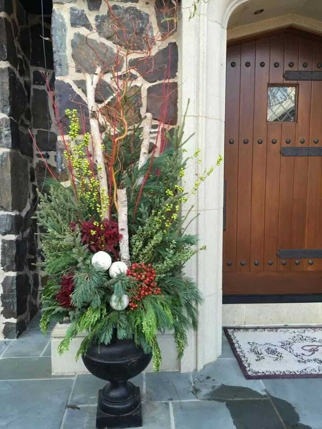 Marvelous Outdoor Holiday Planter Ideas To Beauty Porch Décor 22