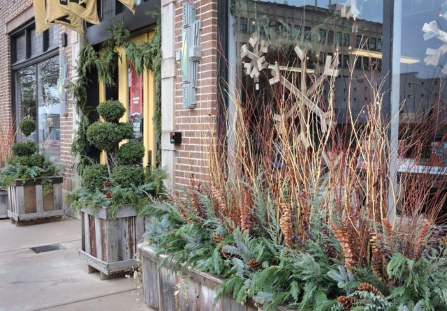 Marvelous Outdoor Holiday Planter Ideas To Beauty Porch Décor 27