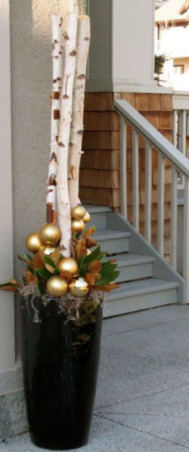 Marvelous Outdoor Holiday Planter Ideas To Beauty Porch Décor 32
