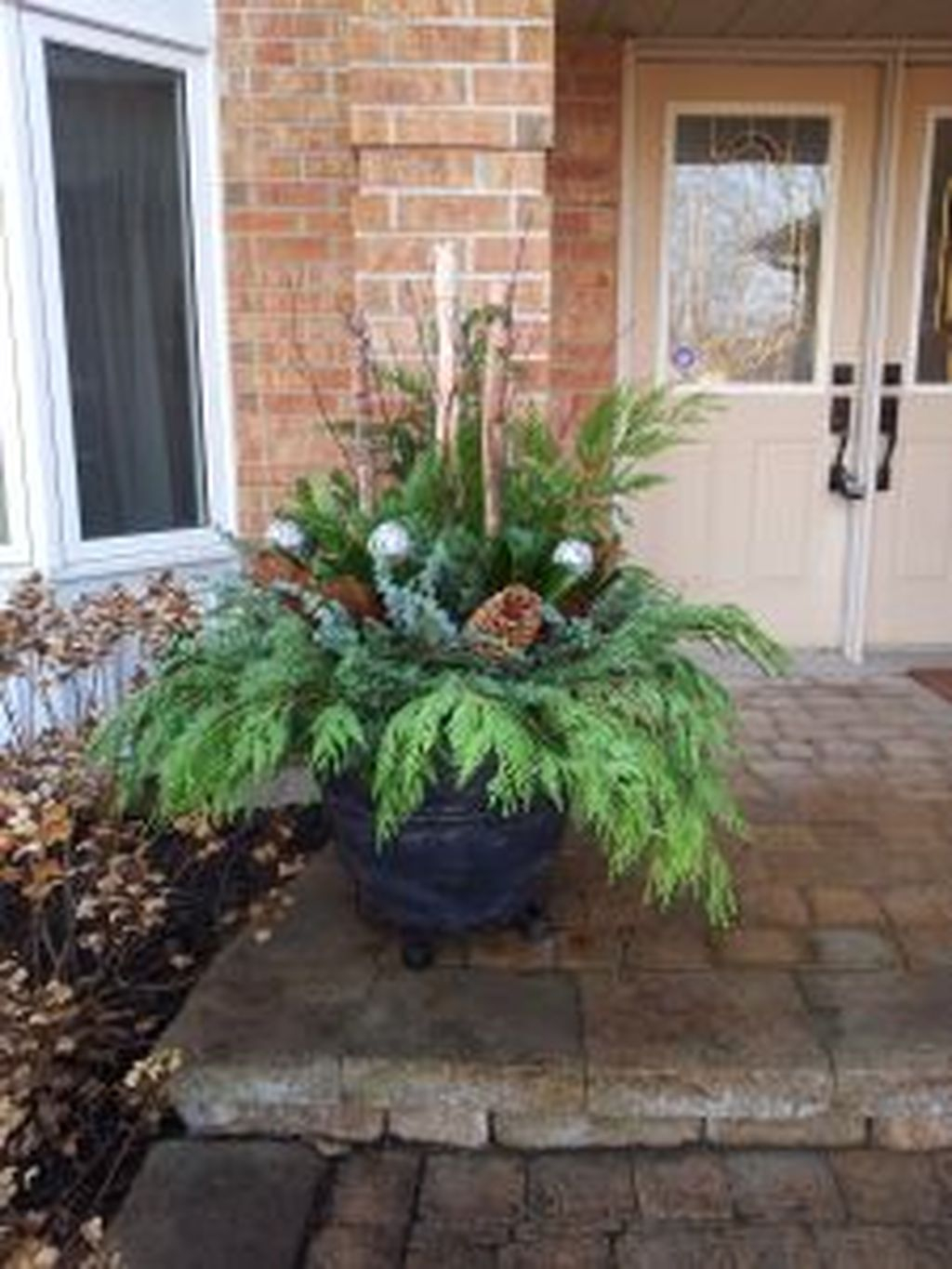 Marvelous Outdoor Holiday Planter Ideas To Beauty Porch Décor 38