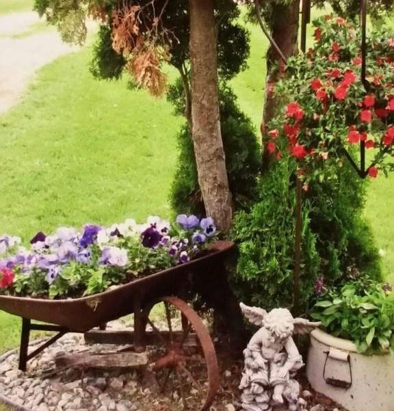 Impressive Summer Planter Design Ideas For Front Yard Decoration 27