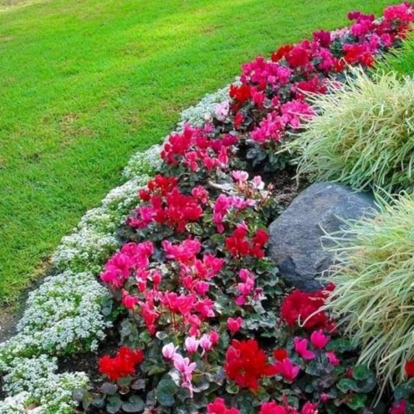 Impressive Summer Planter Design Ideas For Front Yard Decoration 28