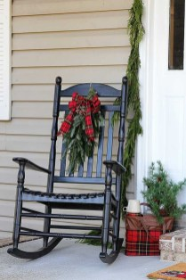 Affordable Christmas Porch Decoration Ideas To Try This Season 06
