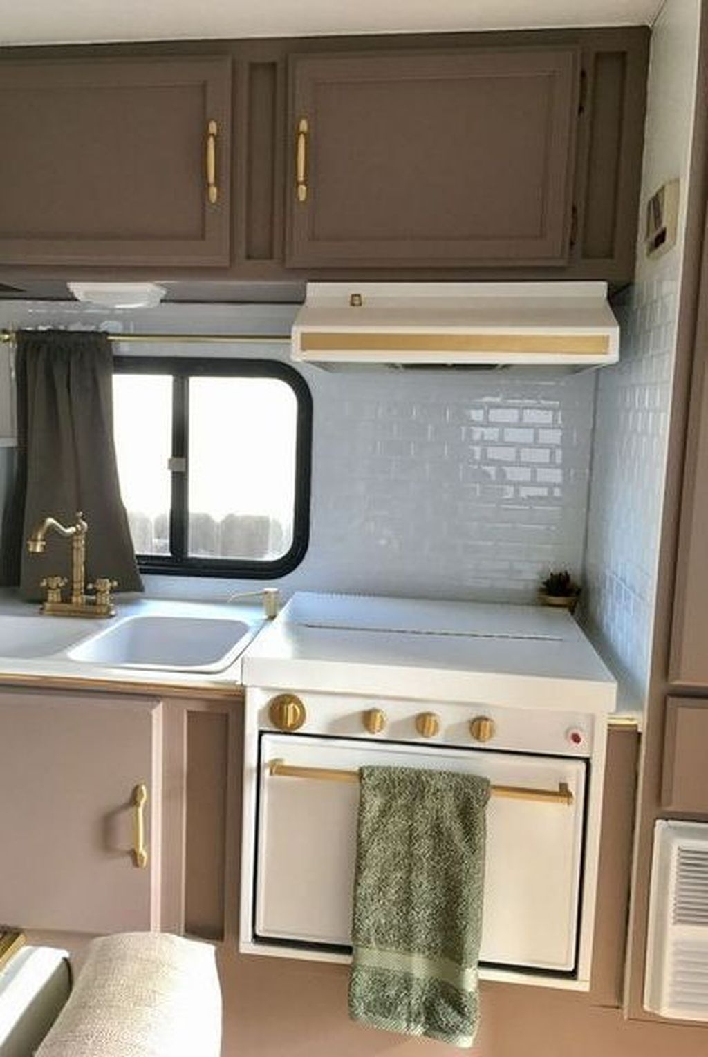 Relaxing Rv Kitchen Design Ideas For More Comfortable Cooking During The Holiday 25