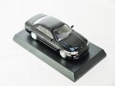kyosho-1-64-nissan-skyline-gt-r-minicar-col-25gt-turbo-blk-04