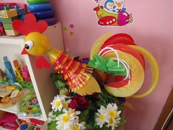 儿童手工艺由雄鸡的塑料瓶制成