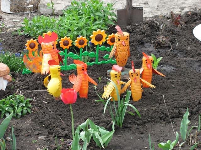 Många roosters för stugan från plastflaskor
