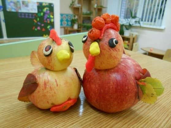 从苹果和橡皮泥的雄鸡和鸡