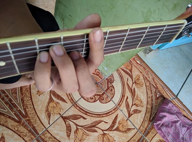 kunci gitar A gantung