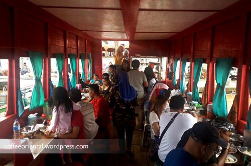 Suasana makan di Warung Terapung