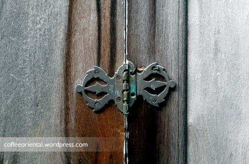 Engsel pintu kayu yang masih bagus
