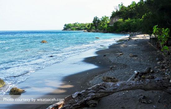 Berjalan menelusuri pasir pantai hitam