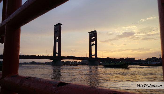 Menikmati sunset di pinggir Sungai Musi