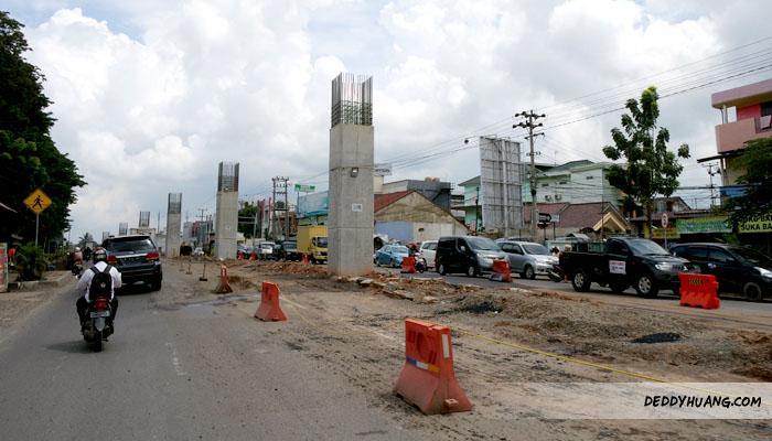 Ruas jalan yang dipersempit untuk konstruksi LRT Palembang