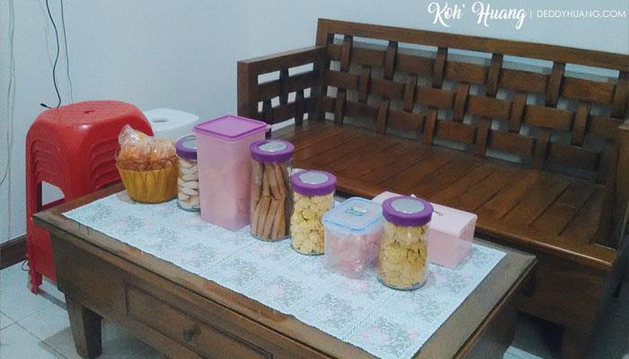Aneka makanan Imlek mulai dari kue kering, kue basah dan pempek