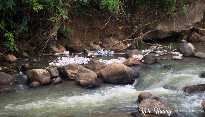 sampah-berserakan-di-air-terjun-bedegung