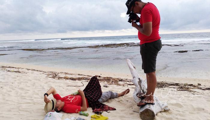 tiduran di pasir - Rumitnya Jadi Seleb Media Sosial Saat Ini