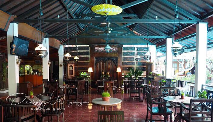 ruang makan - Antara Solo dan Yogjakarta Kita Jatuh Cinta #JadiBisa