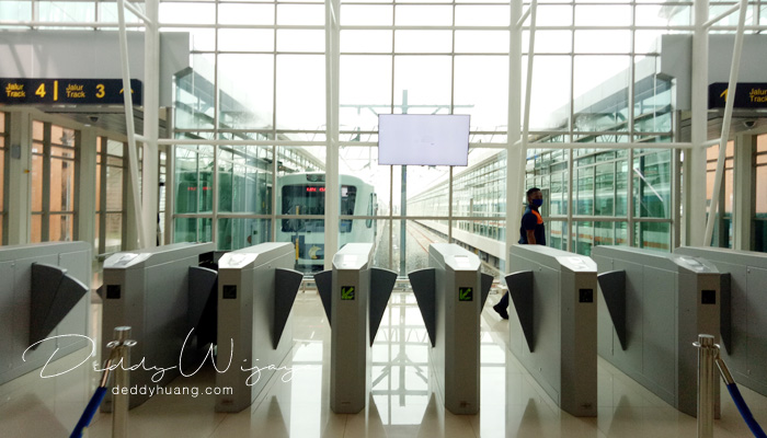 stasiun kereta bandara soekarno hatta - Pengalaman Naik Kereta Api Bandara Soetta (Soekarno Hatta)