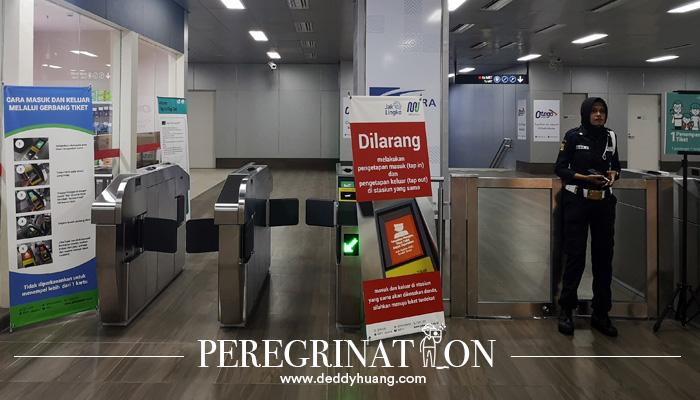 Menuju peron masuk MRT