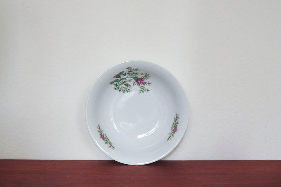 witte serveerschaal paarse bloemen
