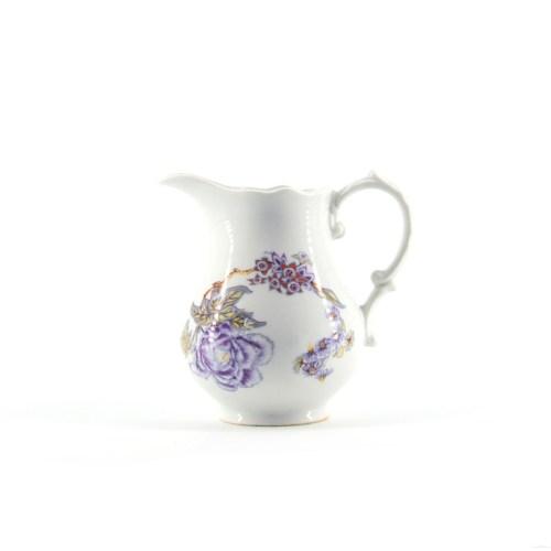 wit kannetje paarse bloemen