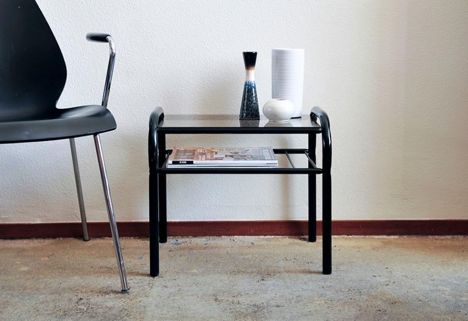 set 2 Kartell design stoelen en zwarte bijzettafel glazen blad