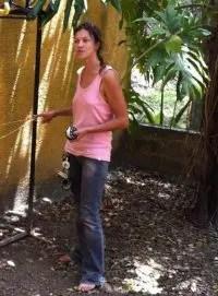 Geraldine Solignac enseña el uso de la linea de vida durante un curso de buceo en cueva
