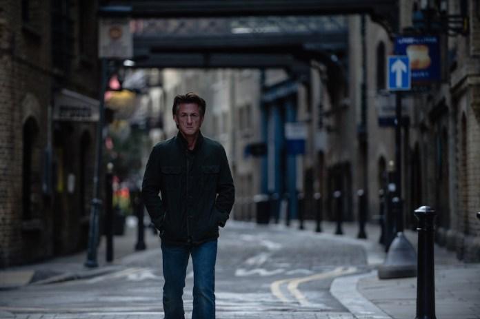 "Sean Penn Recalls Super 8 Filmmaking Days (""The Gunman"")"