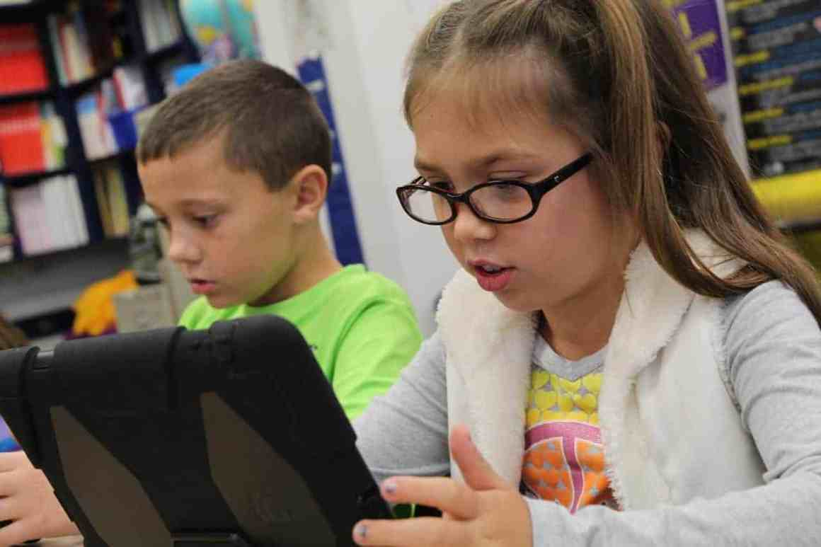 Children using ipads with a Parental Control App