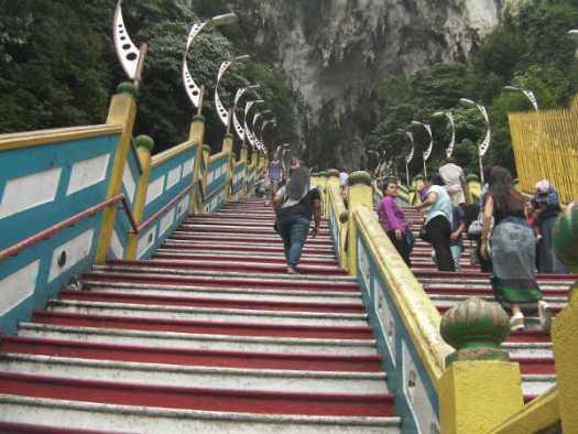 急な階段を上ります。