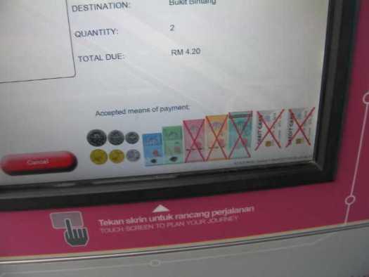 小銭とRM1、RM5札しか使えない自動券売機。大きい札は窓口へ