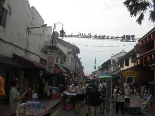 ナイトマーケットの日は夕方から車両通行止めになります。