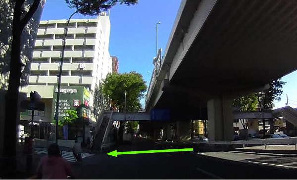 甲州街道をまっすぐ渡れるのは、徒歩で歩道橋のみ